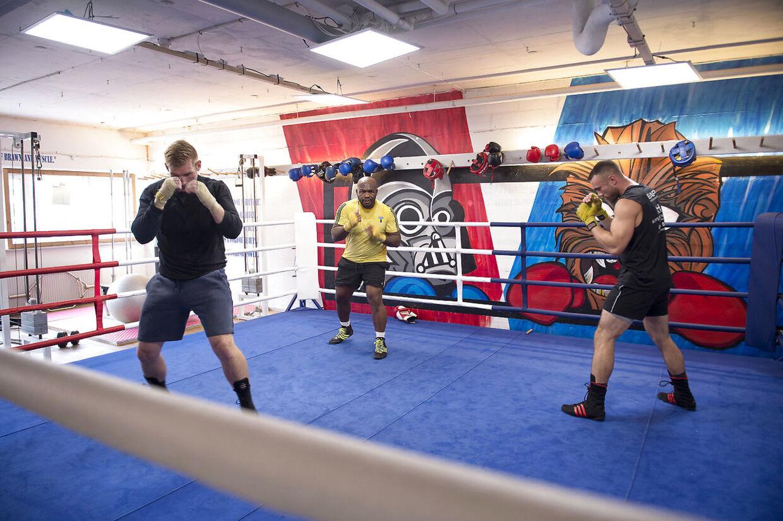Her ses Sherman Williams i ringen til træning i Valby, hvor han også træner sværvægteren Pierre Madsen til venstre.