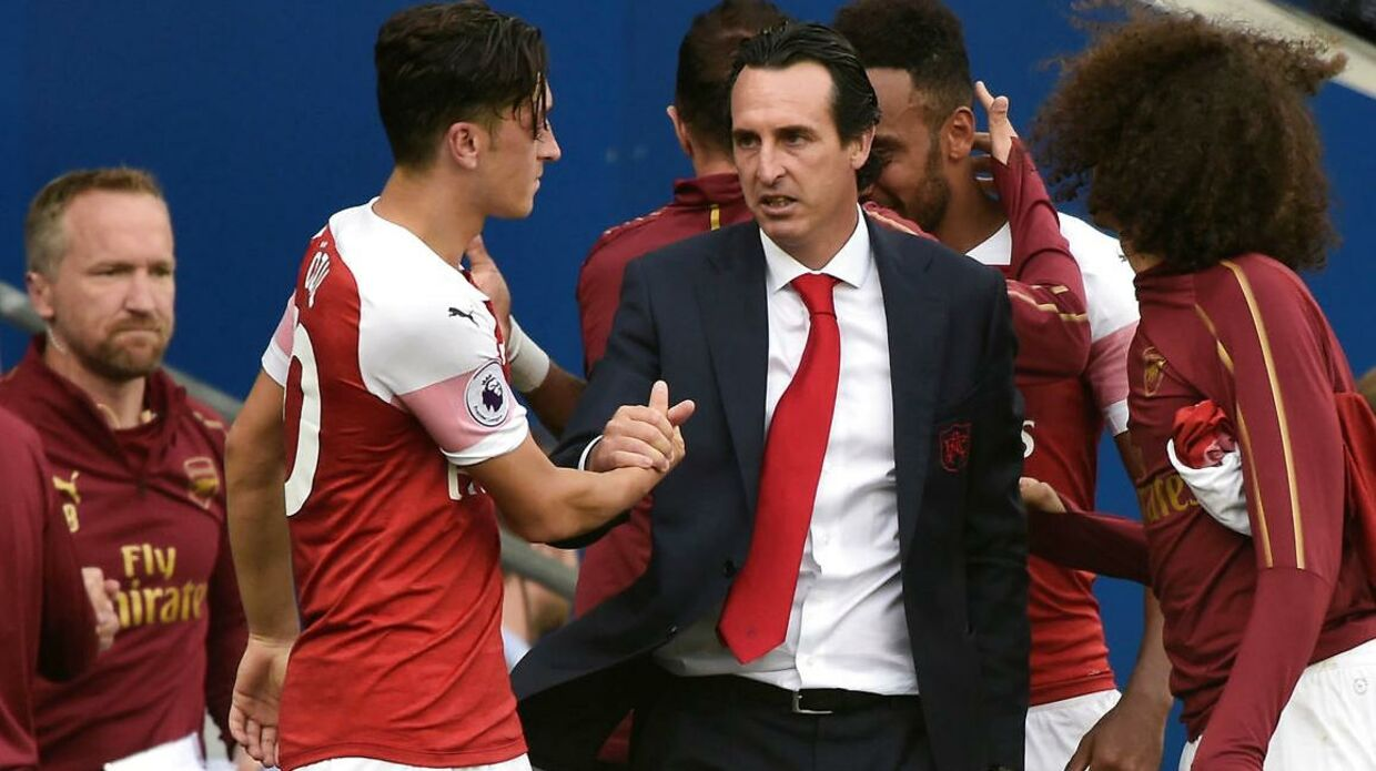 Arsenals manager Unai Emery (th.) og Mesut Özil (tv.) giver hånd.