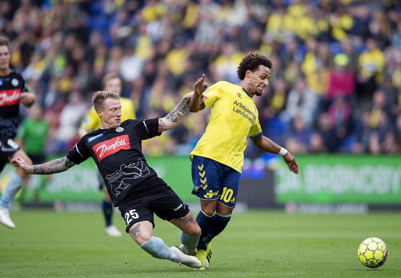 Brøndbys Hany Mukhtar og Sønderjyskes Niki Zimling i superligakampen mellem Brøndby-Sønderjyske på Brøndby Stadion søndag den 16. september 2018.