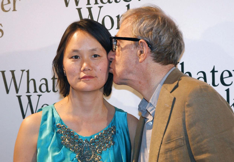 Woody Allen kysser sin kone, og sin ekskones adoptivdatter, Soon-Yi Previn på kinden. AFP PHOTO PATRICK KOVARIK