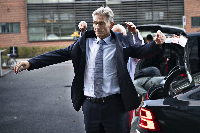 Thomas Borgen, direktør for Danske Bank, ankommer til TV2 for at medvirke i programmet Lippert.