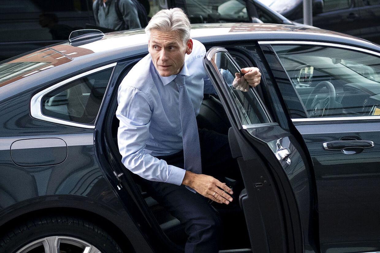 Thomas Borgen, direktør for Danske Bank ankommer til TV2 for at medvirke i programmet Lippert.
