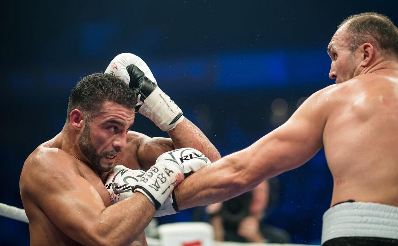Tyske Manuel Charr (tv.) er blevet testet positiv for to anabolske steroider og kommer ikke i ringen i weekenden.