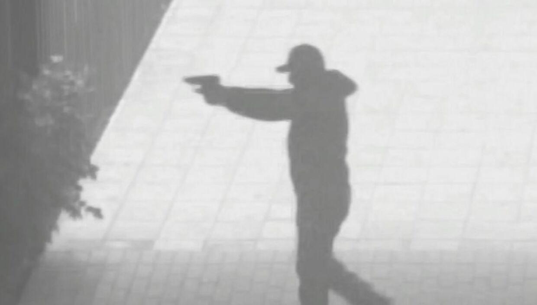 En mand iført hættetrøje og kasket fanget af et overvågningskamera i forbindelse med attentatet på bandelederen Abdallah El-Chami.