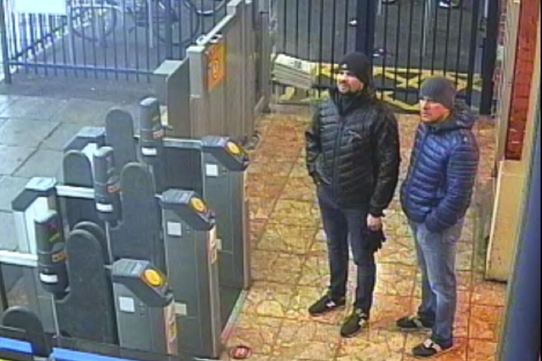 Et overvågningsbillede fra togstationen i Salisbury den 3. marts viser de to mistænkte, der går under dæknavnene Aleksandr Petrov og Ruslan Bosjirov. Nu er det kommet frem, at Bosjirov i virkeligheden hedder Anatolij Vladimirovitj Chepiga og er højt dekoreret oberst i efterretningstjenesten GRU. Metropolitan Police/Ritzau Scanpix