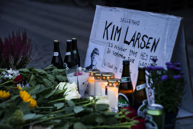 Kim Larsen er død 72 år gammel. Kim Larsen sov stille ind søndag den 30. september 2018. Blomster, øl, smøger og bananer er lagt på Christianshavns Torv i København til ære for danskernes nationalskjald.