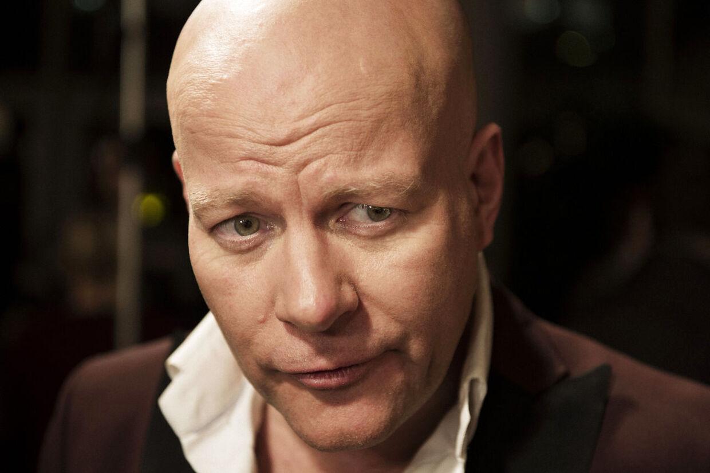 'Spis nu bare af min hånd', lyder Thomas Blachmans svar på tv-anmeldernes kritik af hans program 'Blachman', der havde premiere mandag aften på DR2.