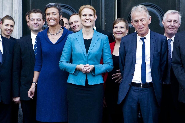 Arkivfoto: Den nye regering på Amalienborg slotsplads efter at have været inde hos Dronningen.