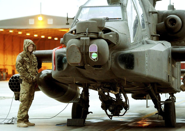 Her ses prins Harry ved siden af hans Apache-kamphelikopter i Camp Bastion i det sydlige Afghanitan 12. december 2012