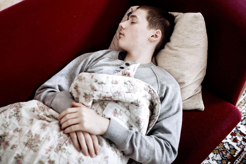 Anders Friis lider af narkolepsi efter vaccineskade med Pandemrix i 2009. Han falder derfor i søvn hele tiden. Han har ingen venner og får aldrig et arbejde - han har fået 2,0 mio kr. i erstatning, men det er ikke nok til at skulle klare sig resten af livet.