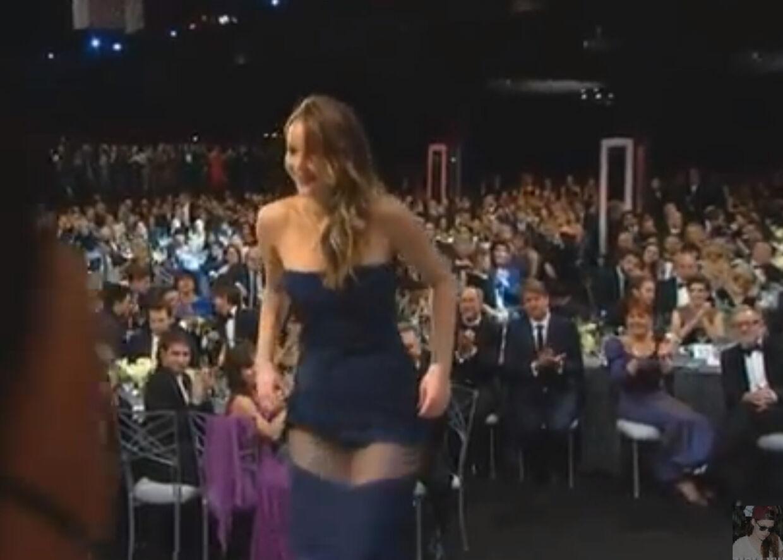 Jennifer Lawrence kjole delte sig på mystisk vis i to, da hun gik på scenen for at få overrakt prisen for bedste skuespiller af Robert De Niro.