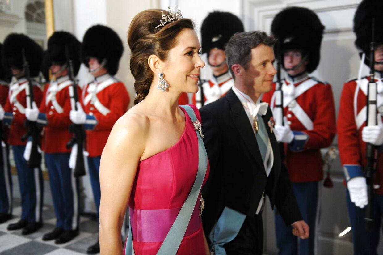 Kronprins Frederik og kronprinsesse Mary ankommer til gallataffelet på Christiansborg.