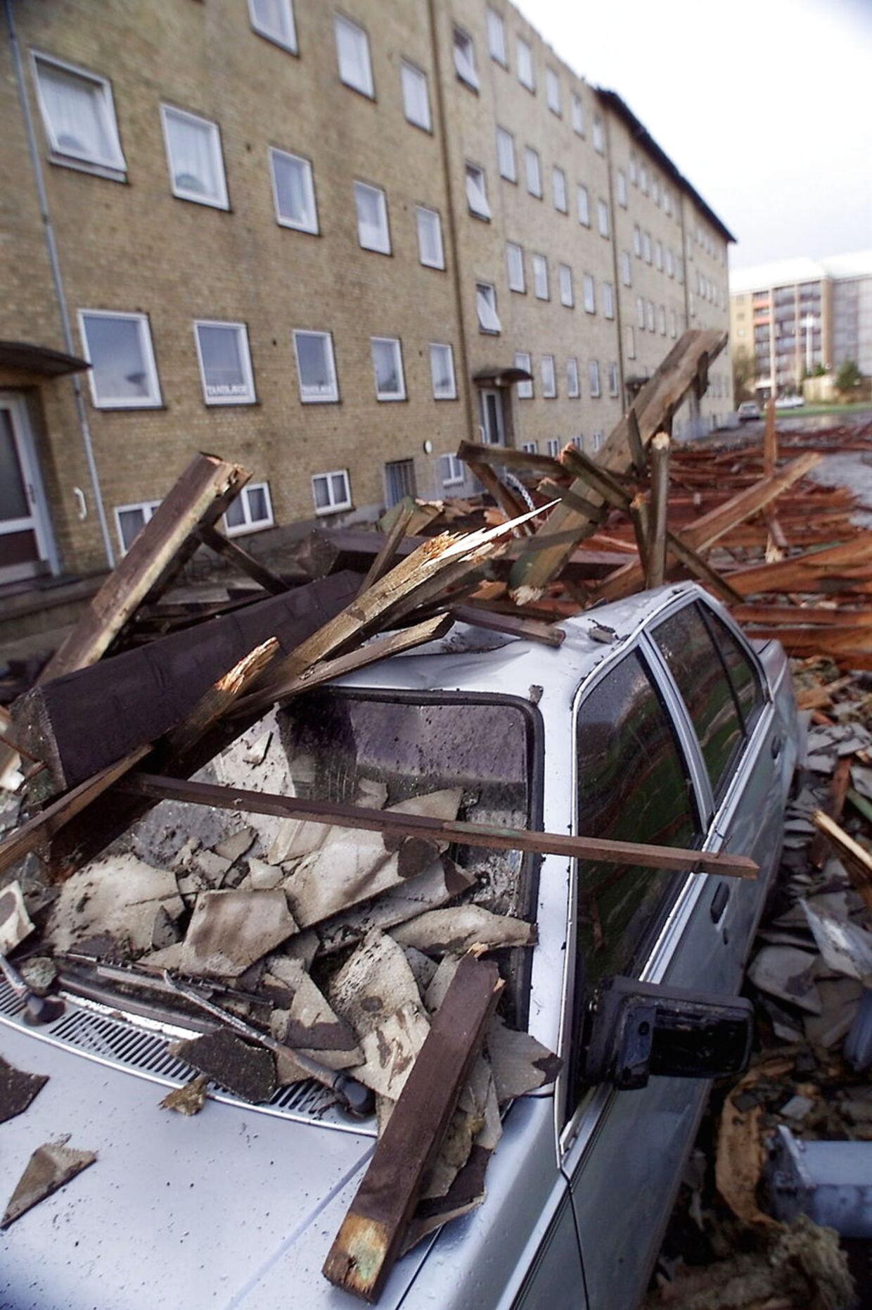 Fredag den 3. december 1999. Taget på denne boligblok på Finlandsvej i Vejle blæste af under stormen, og ødelagde adskillige biler da det landede på jorden. (ARKIVFOTO)
