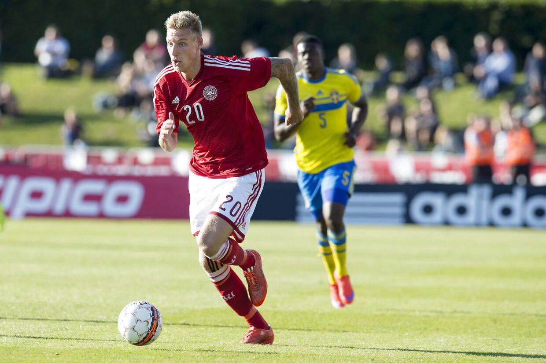 Nicolai Brock-Madsen - der her ses i aktion for det danske U21-landshold - skfiter fra Randers FC til Birmingham City.