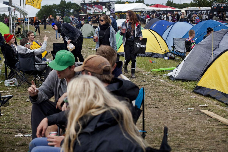 Stemningen var afslappet søndag eftermiddag på Roskilde Festival. Personerne på dette foto har INTET med nedenstående historie at gøre!