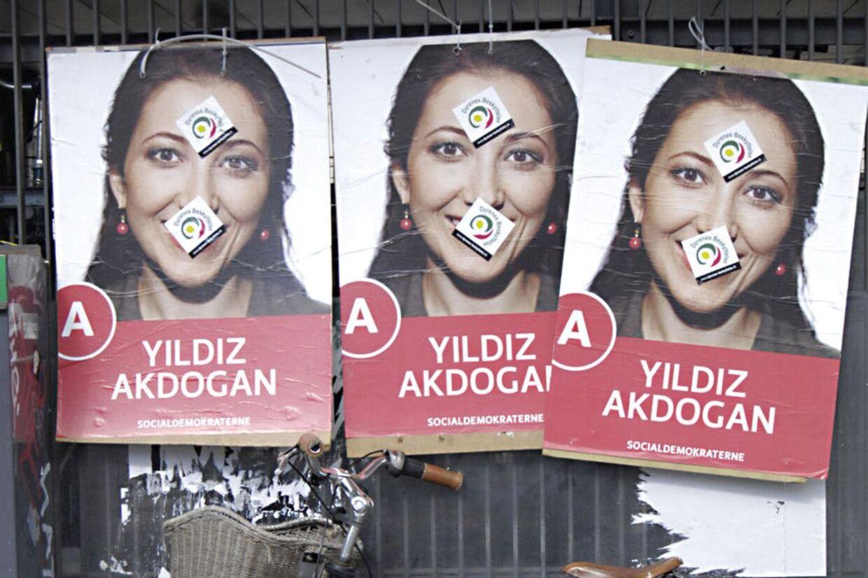Chikane fra yderligtgående muslimske grupperinger har været hverdag for Yildiz Akdogan og hendes frivillige fra valgkampens begyndelse. Her er hendes valgplakater blevet klistret til med mærkatr.
