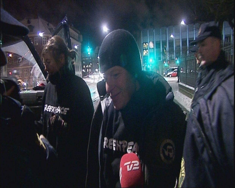 Ifølge TV2, hang Bubber i en lygtepæl ved Christiansborg, da han blev anholdt.