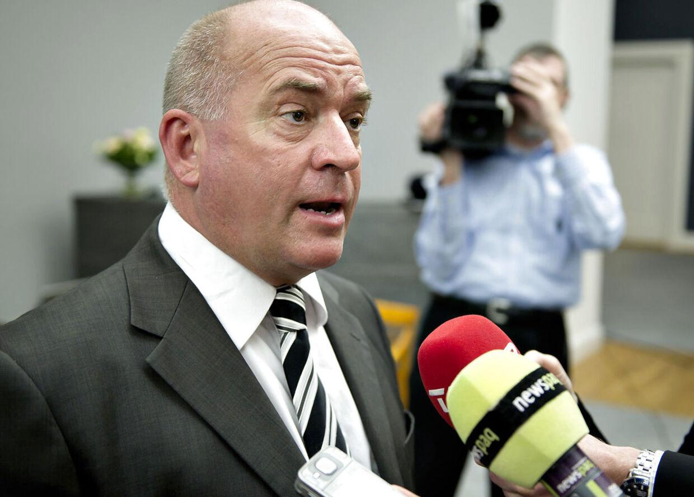 Den kontroversielle DF-politiker Mogens Camre får ikke et rap over fingrene for at sammenligne muslimer med Hitler af Søren Espersen.