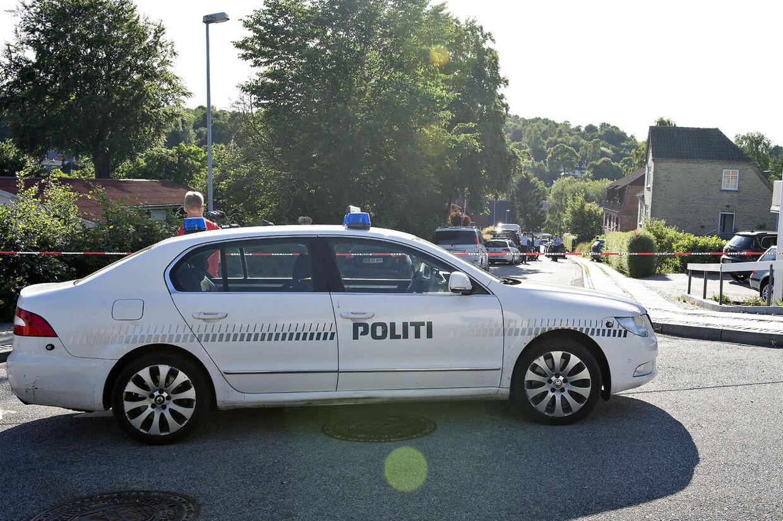 Politiet mødte talstærkt frem efter skuddramet i Hobro mandag eftermiddag.