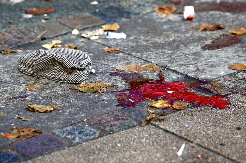 En 40-årig fransk kok smed sin 27-årige ekskæreste ud fra 3. sal på Godthåbsvej på Frederiksberg. Kvinden overlevede, men blev meget svært skadet.