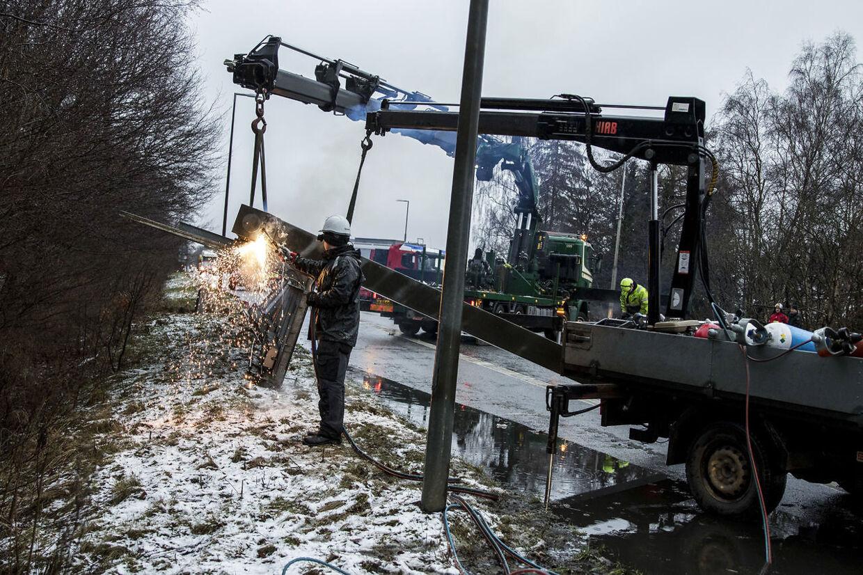 Helsingørmotorvejen er blevet spærret i begge retninger, efter at en fem ton tung skilteportal er blevet revet ned af en kran. Uheldet skete mellem Kongevejen og frakørsel 3 Espergærde.