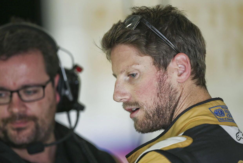 Romain Grosjean slap helskindet fra mødet med barrieren, selvom hans racer blev splittet ad.