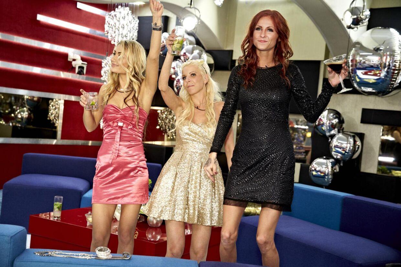 Sabina i midten måtte torsdag forlade Big Brother Huset i utide.