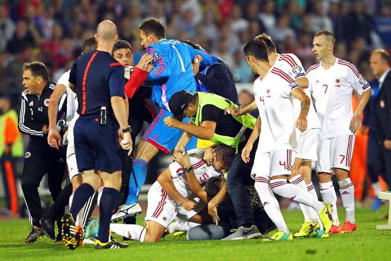 Der udbrød en stor slåskamp mellem spillerne fra Serbien og Albanien.