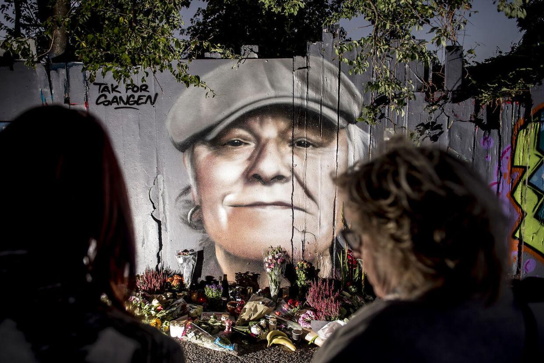Blomster, øl, smøger og hilsner er lagt foran det portræt, der er blevet malet på hegnet ind mod Christiania på Prinsessegade i København til ære for danskernes nationalskjald, Kim Larsen.
