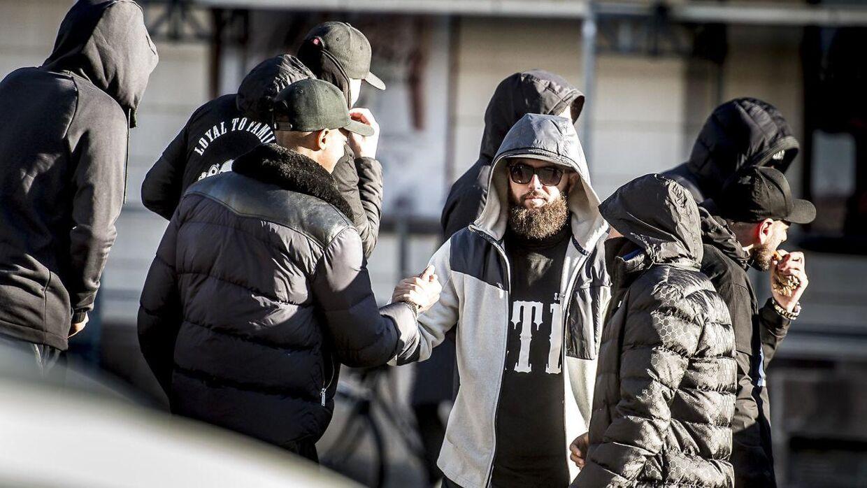 Medlemmer af indvandrergruppen Loyal to Familia foran Københavns Byret.