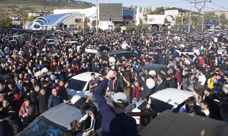 Hjemme i Makhachkala, Rusland, fejrer masserne Khabib Nurmagomedovs sejr.