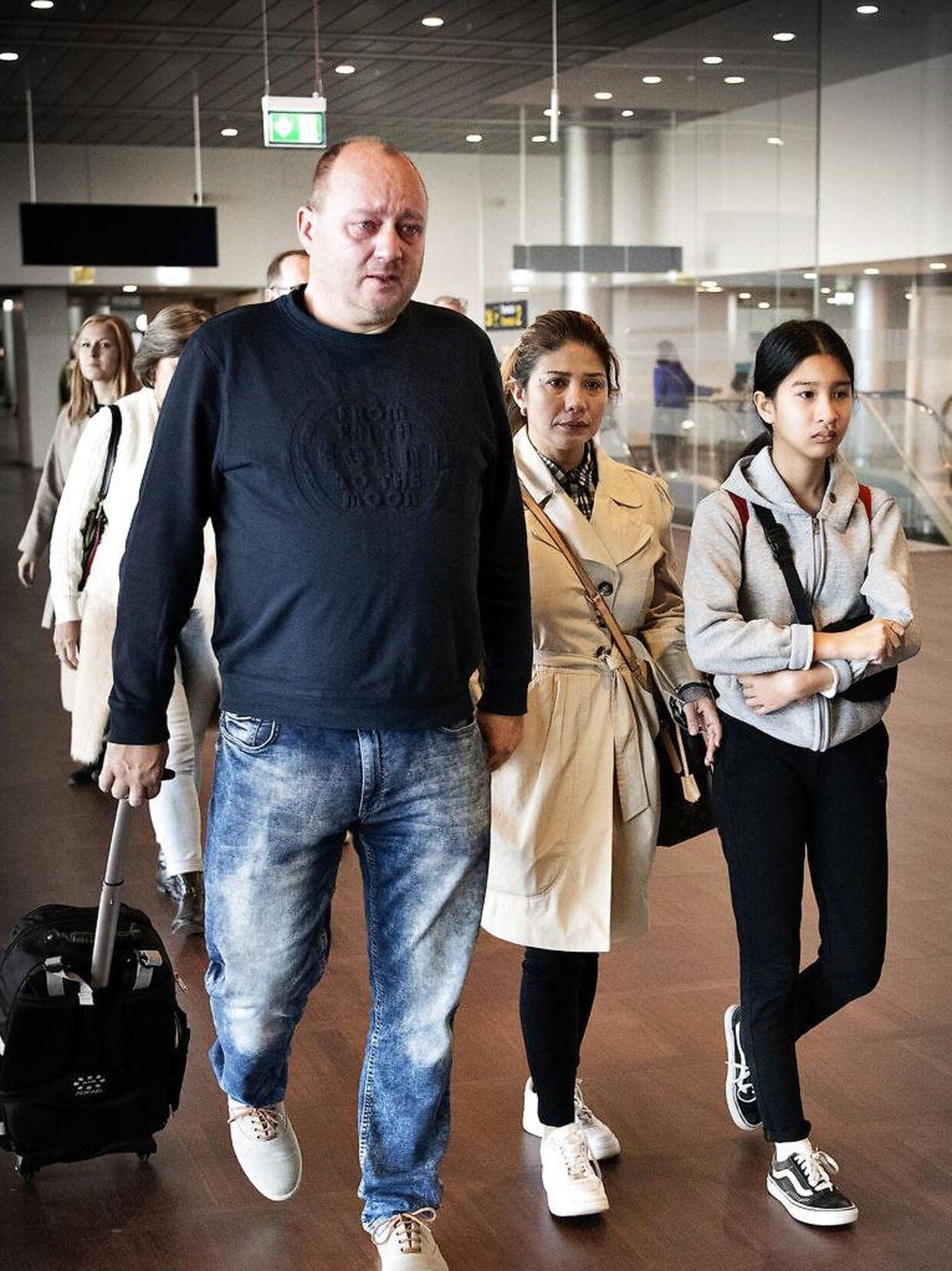 I oktober 2018 tog Frank Thøgersen i lufthavnen for at vinke farvel til sin papdatter Mint og sin kone, Ratree, som han har en treårig søn med.