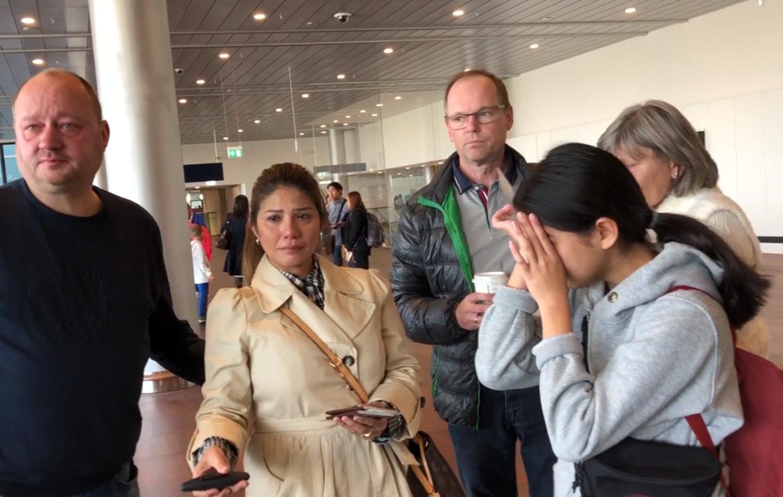 Det var svært for både Mint og hendes mor og stedfar at sige farvel. Moderen er rejst med Mint til Thailand.