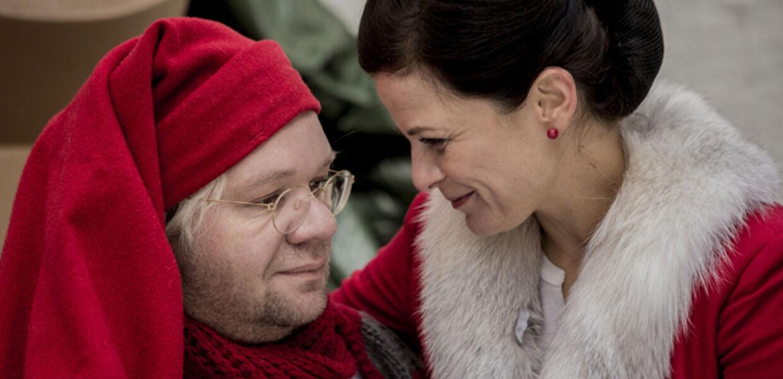 I 'Tvillingerne og Julemanden' er julemanden Nicolas (Lars Hjortshøj) og hans kone Julie (Camilla Bendix) landet i Aalborg for at gøre de sidste indkøb inden julen. (Foto: Per Arnesen/TV 2)