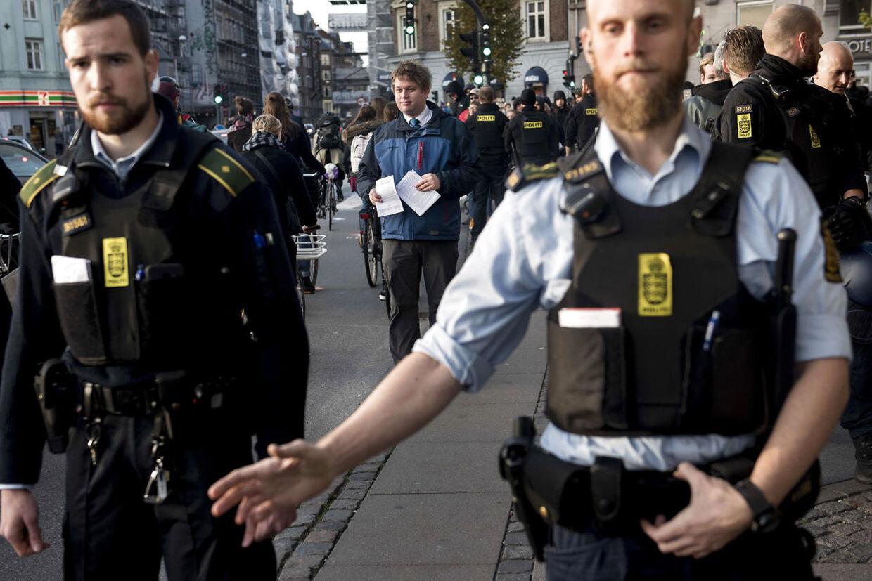 Rasmus Paludan fra Stram Kurs deler pjecer ud på Runddelen på Nørrebro. No Pegida, som tidligere har været voldelig over for ham, var til stede. Politiet var også mødt talrigt op.
