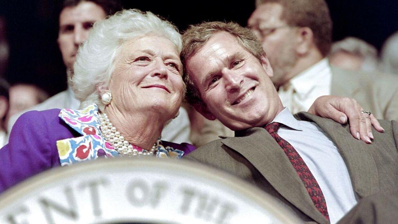 Bedstemor Barbara Bush og hendes søn George W. Bush fotograferet i 1992.