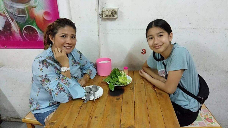 13-årige Mint (th.) og hendes mor, Ratre Thøgersen, landede i Bangkok i Thailand natten til tirsdag dansk tid. Her er de ude for at få lidt mad efter at have sovet nogle timer.