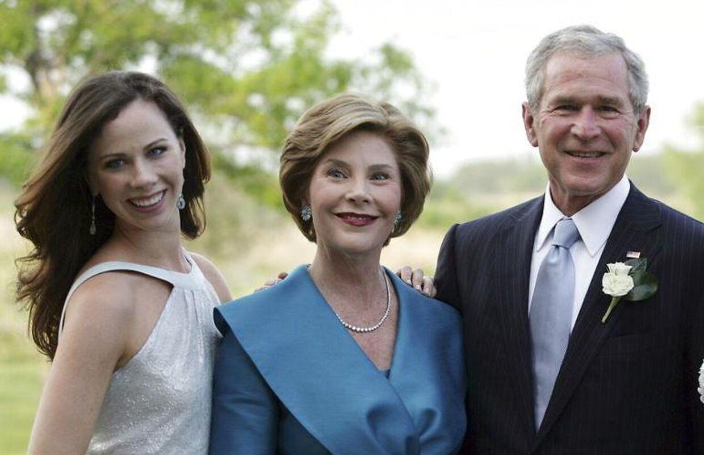 Tidligere præsident George W. Bush og hans kone Laura Bush sammen med datteren Barbara.