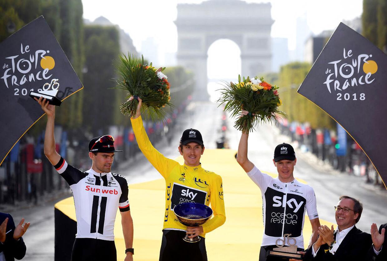 Geraint Thomas (midten) hyldes i Paris for sin Tour-sejr. Han vandt foran Tom Dumoulin (tv.) og Chris Froome (th.)