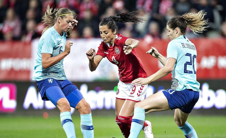 Danmarks Nadia Nadim mod Hollands Dominique Janssen og Anouk Dekker i VM playoff-kampen mellem Danmark og Holland.