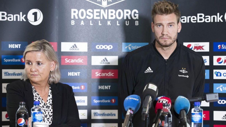 Nicklas Bendtner og Tove Moe Dyrhaug på pressemøde.