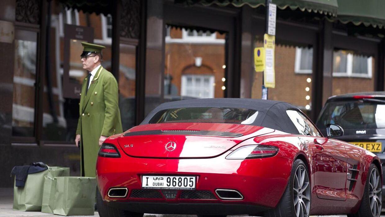 »Skal De have en hånd med at læsse alle de rare og dyre varer ind i deres røde Mercedes indregistreret i Dubai?« Dørmand foran Harrods i London.