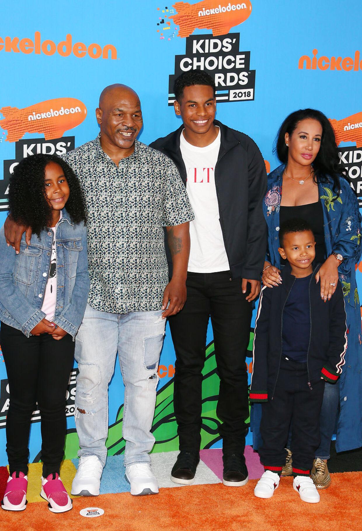 Mike Tyson med sin kone og nogle af sine børn.