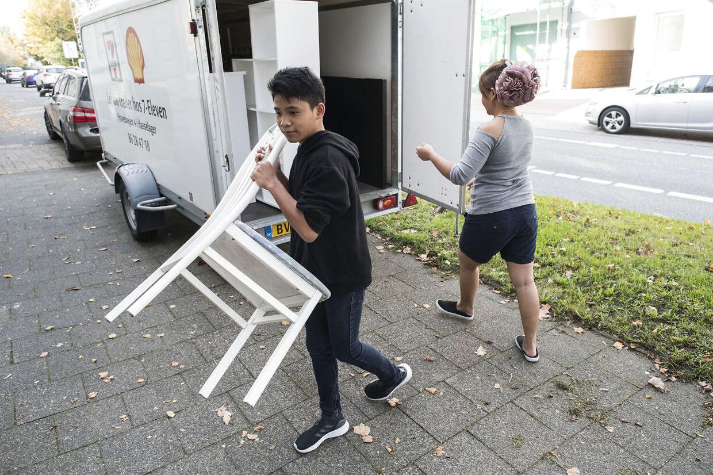 13-årige Master Thanawat 'Peter' Rattithan er ved at tømme andet flyttelæs fra Aarhus til Flensborg.