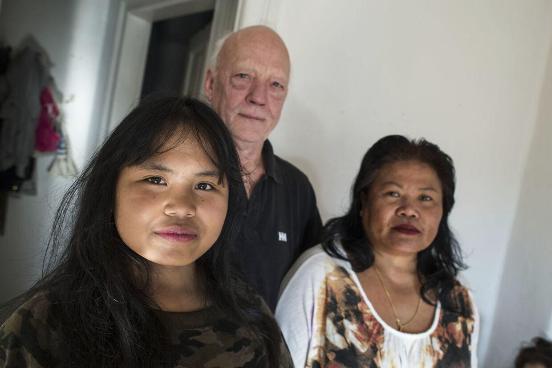 Poy sammen med sin thailandske mor og danske papfar.