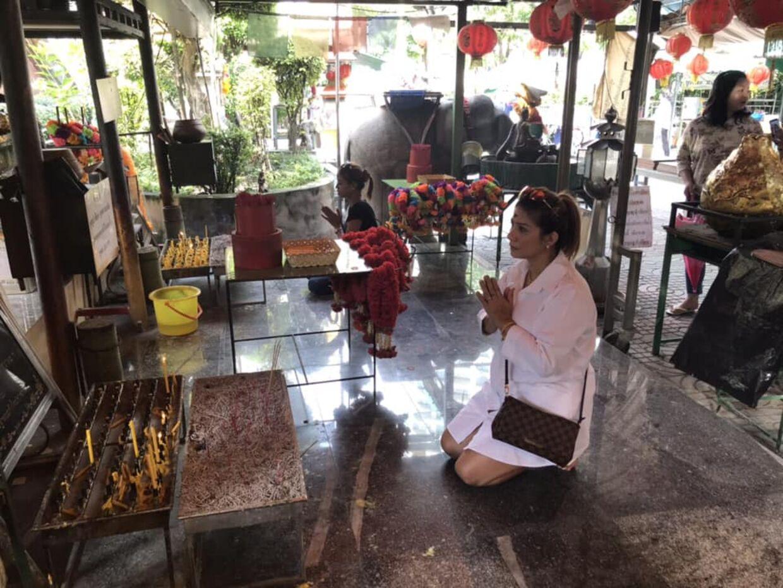 Mints mor, Ratre Thøgersen, har brugt fire timer i templet i dag for at bede de højere magter om hjælp.