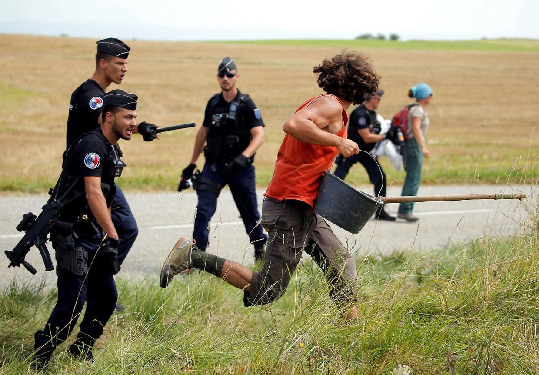 Politiet måtte tilkaldes, da Tour-feltet blev blokeret af vrede landmænd.