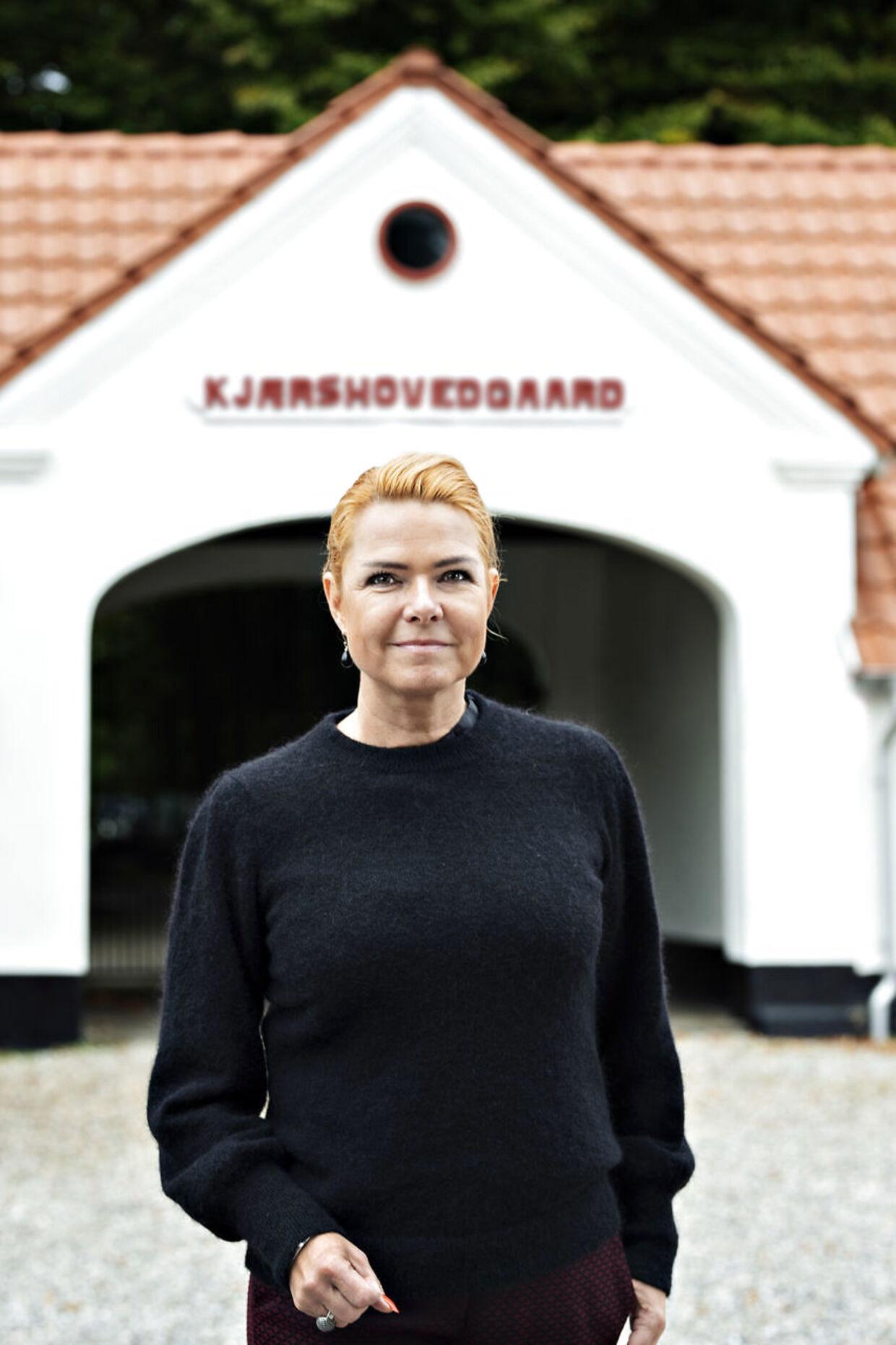 Udlændinge- og integrationsminister Inger Støjberg (V) foran Udrejsecenter Kærshovedgård.