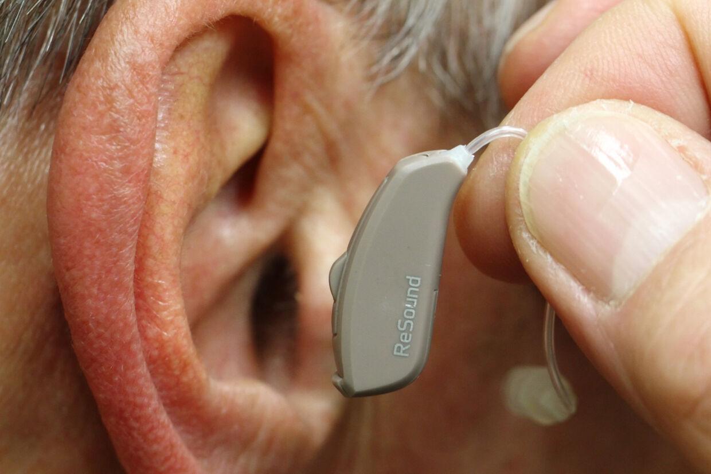 Danskere med dårlig hørelse skal ikke vente så længe på et høreapparat. Derfor vil regeringen skyde 115 millioner kroner i området. Både Dansk Folkeparti og Høreforeningen er dog skeptiske. Heinz-Peter Bader/arkiv/Reuters