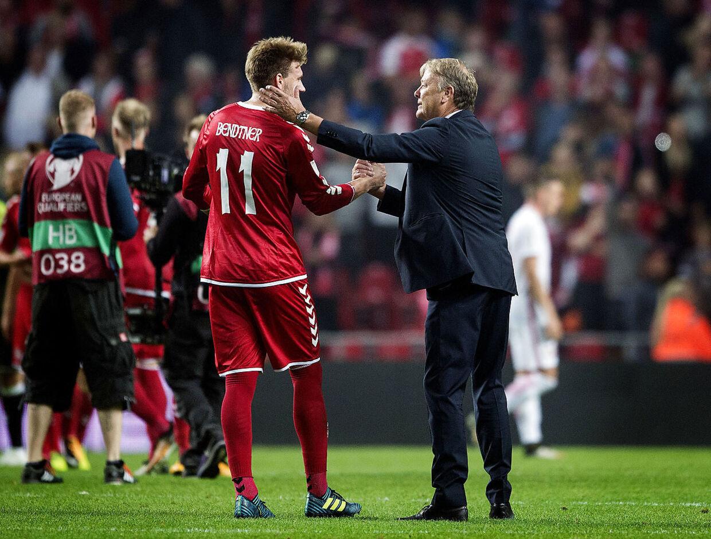 Åge Hareide og Nicklas Bendtner dengang angriberen var inde i landsholdsvarmen.
